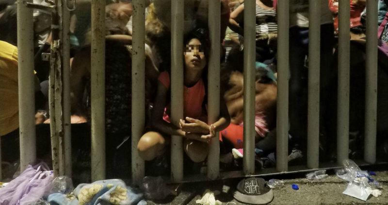 Hondureños ruegan a policías mexicanos que los dejen entrar… otros gritan que tienen hambre