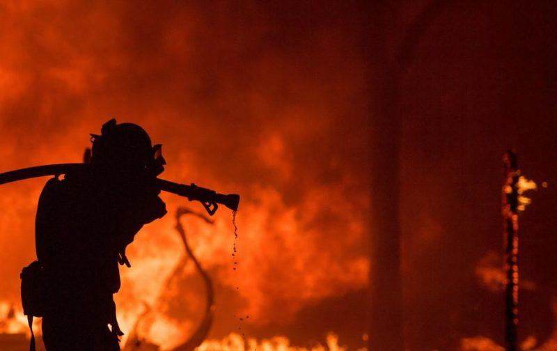 Trump culpa a California de sus incendios forestales y amenaza con quitarle fondos federales