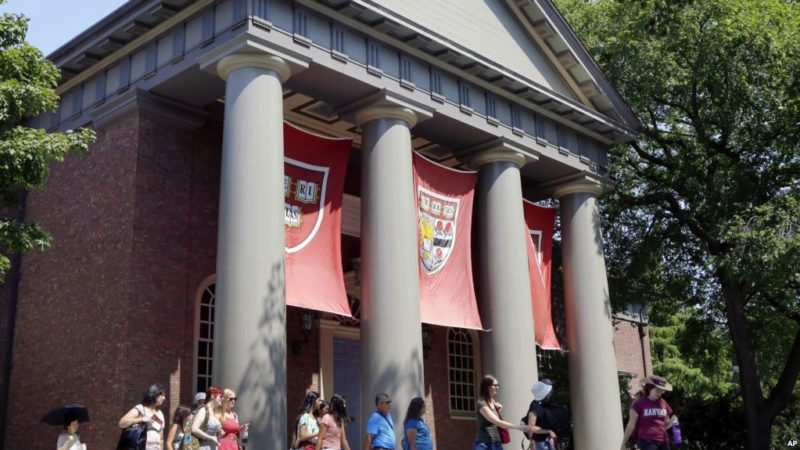 Denuncian discriminación racial en admisiones a Harvard