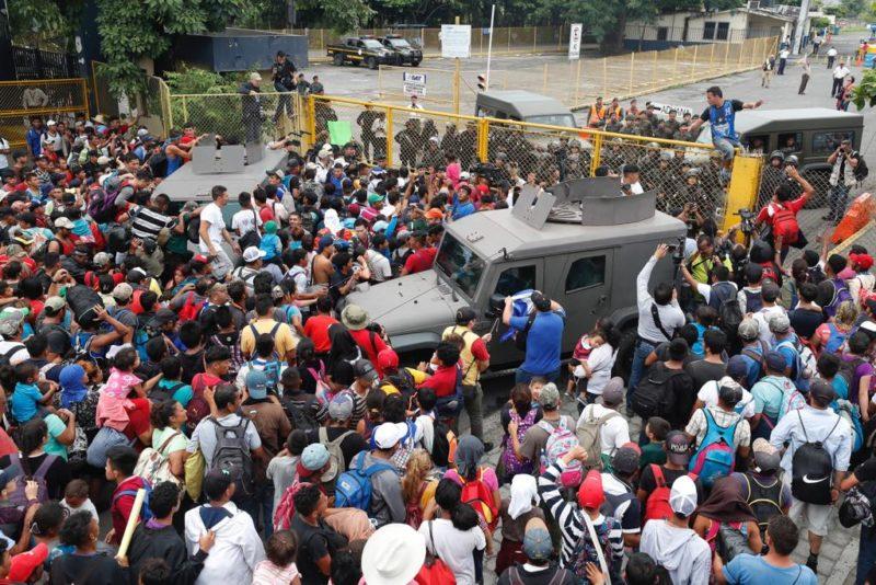 Video: Policía Federal frena irrupción de caravana migrante a México