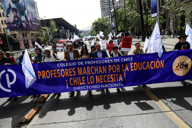 Miles de profesores chilenos marchan en medio de un paro por demandas laborales