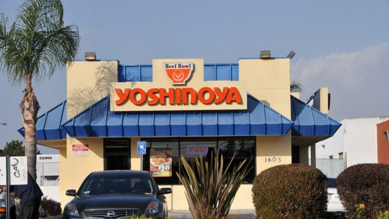 Cocinero latino ganó demanda a restaurante Yoshinoya por agresión racista de su jefa durante 3 años. Quería que Trump lo deportara