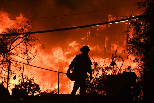 Quinto día de incendios: 31 muertos, más de 250 mil evacuados, 6,400 viviendas destruidas y decenas de desaparecidos