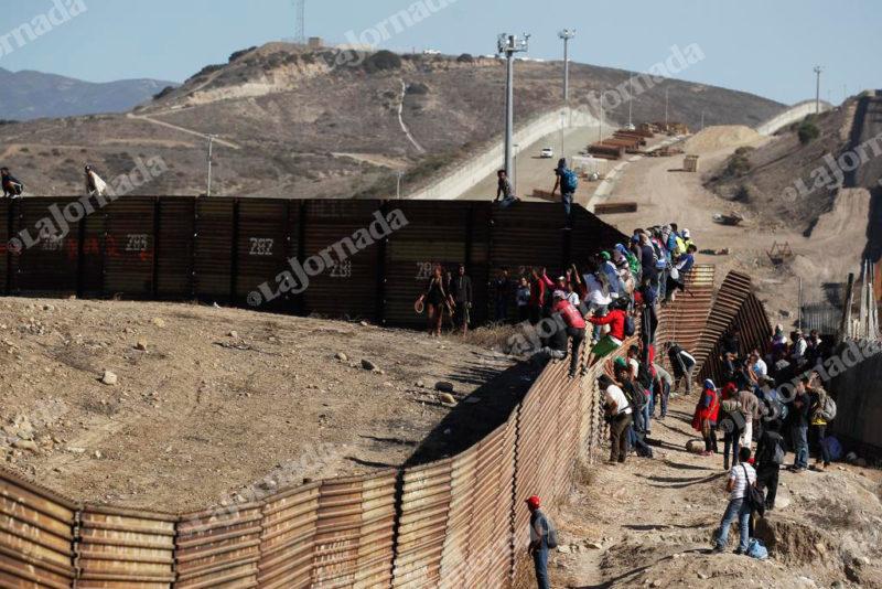 Hecho inédito: repelen desde EU con balas de goma y gases lacrimógenos a unos 500 centroamericanos que intentaron cruzar a San Ysidro