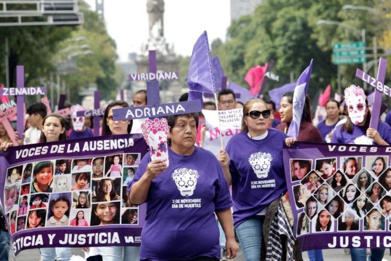 """Al grito de """"justicia"""", marchan en la Ciudad de México contra feminicidios"""