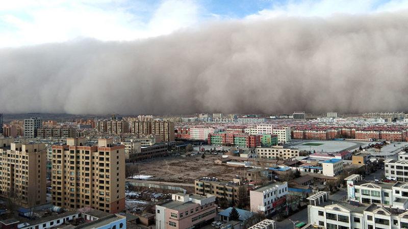 Videos: Una tormenta de arena 'se traga' una ciudad china en cuestión de minutos