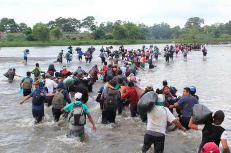 Tercera caravana de salvadoreños cruza por el río Suchiate para internarse a territorio mexicano