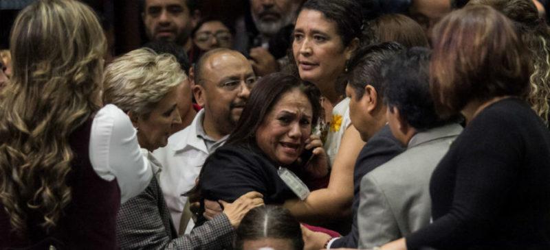 Videos: En plena sesión legislativa, diputada de Morena sufre colapso al ser informada que su hija fue asesinada en Veracruz. Llaman a pacificar al país