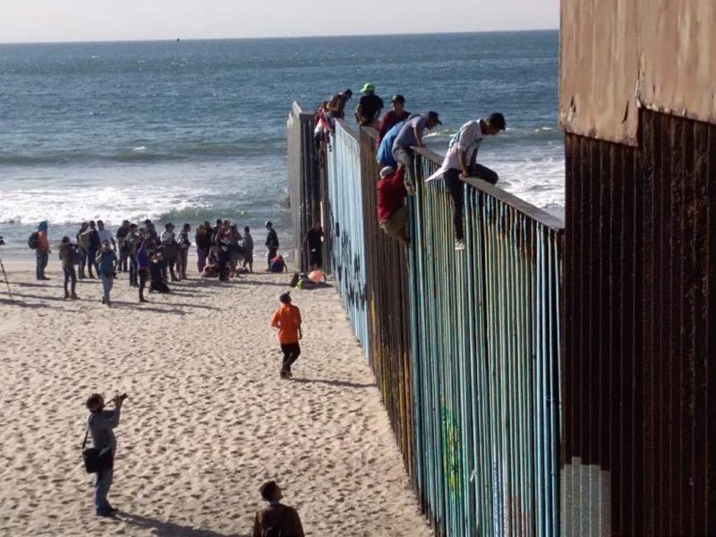 Videos: En la playa, migrantes esperarán al resto del Éxodo en Tijuana