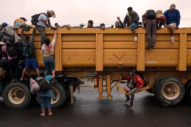 Caminando y de 'aventón', migrantes van rumbo a la capital mexicana