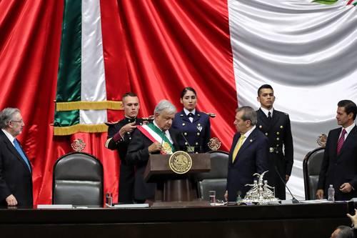 """""""Inmunda corrupción con el régimen neoliberal"""": AMLO. En su despedida, Peña Nieto, el fallido salvador de México, tuvo que tragar sapos"""