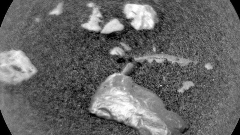 """Curiosity halla un objeto """"brillante"""" no identificado en Marte"""