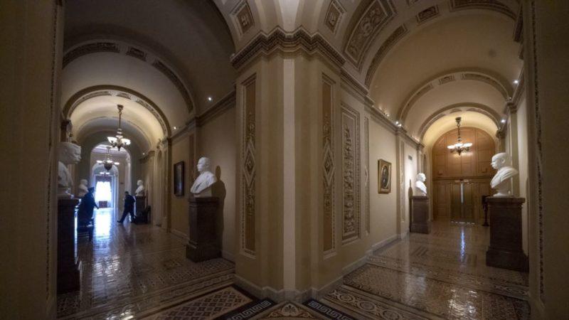 Legisladores demócratas buscan reabrir gobierno sin fondos para el muro