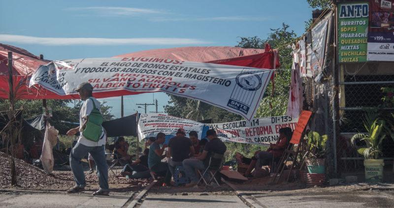 La CNTE decidió levantarse de las vías, carreteras, alcaldías y oficinas públicas;  AMLO lo celebra y dice que es un delito no pagar a tiempo