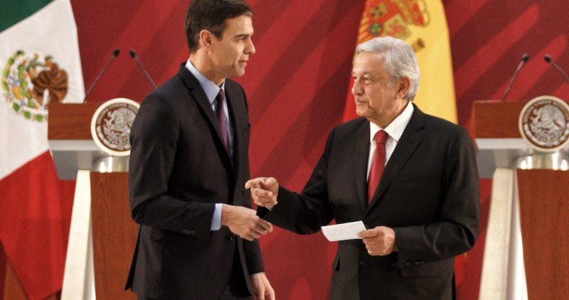 El presidente del gobierno de España, Pedro Sánchez, regala a López Obrador el acta de nacimiento de su abuelo José Obrador Revuelta, originario de Cantabria
