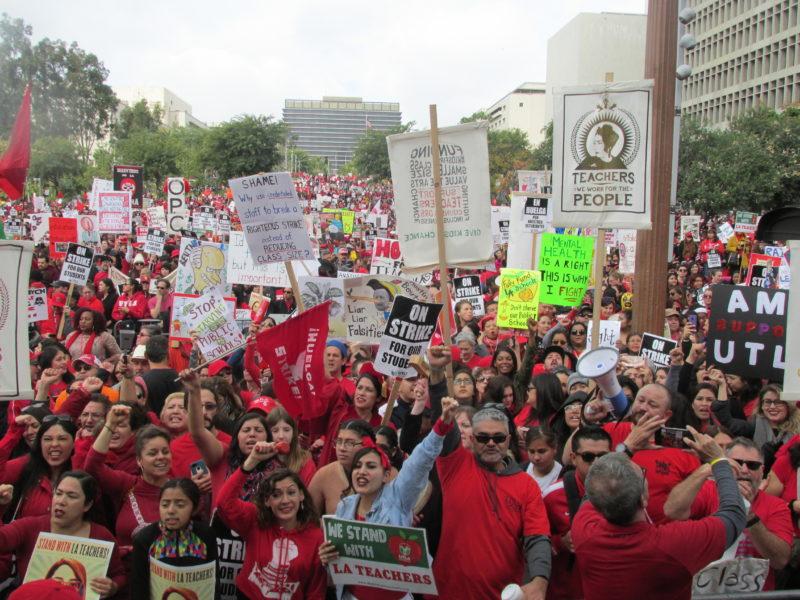 """Video: La huelga se prolongará. Ante 60 mil manifestantes, el líder de los maestros, Alex Caputo-Pearl, llama a tener """"¡líneas fuertes la semana próxima!"""""""