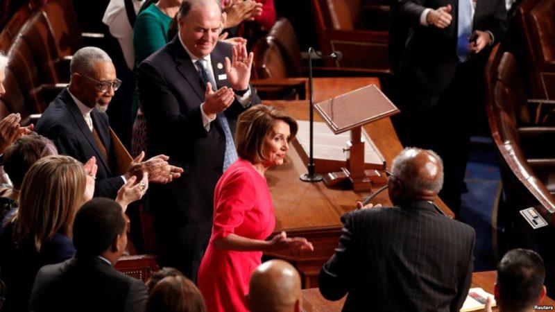 La demócrata Nancy Pelosi hace historia como primera mujer reelegida como lideresa de la Cámara de Representantes. Va contra Trump