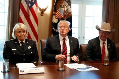 """Donald Trump se enreda en su retórica de """"emergencia nacional"""" por el Muro"""
