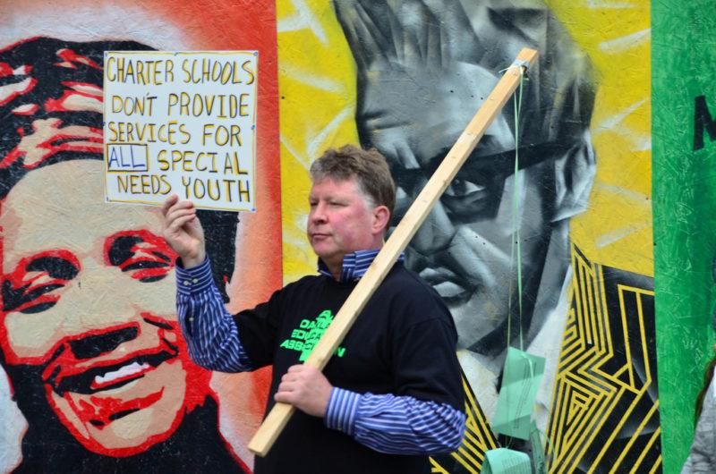 Cuarto día de huelga de maestros en Okland, este martes. El titular de Educación de California, Tony Thurmond, interviene para impulsar una solución