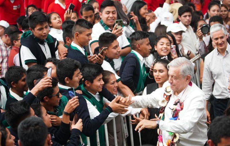 """AMLO anuncia beca """"Benito Juárez"""" para 4.1 millones de estudiantes"""