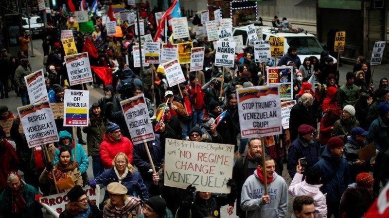 """Videos: """"Hands off Venezuela"""": Miles de personas salen a las calles de Washington para protestar contra la posible intervención de EE.UU."""