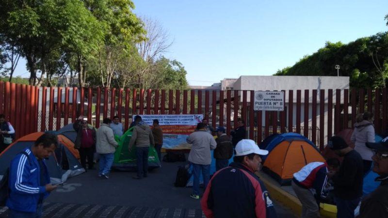 Disidentes de la CNTE mantienen bloqueados accesos a San Lázaro