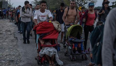 Cien mil migrantes por mes llegan a México, afirma la titular de Gobernación. Avanzan dos caravanas por el sur