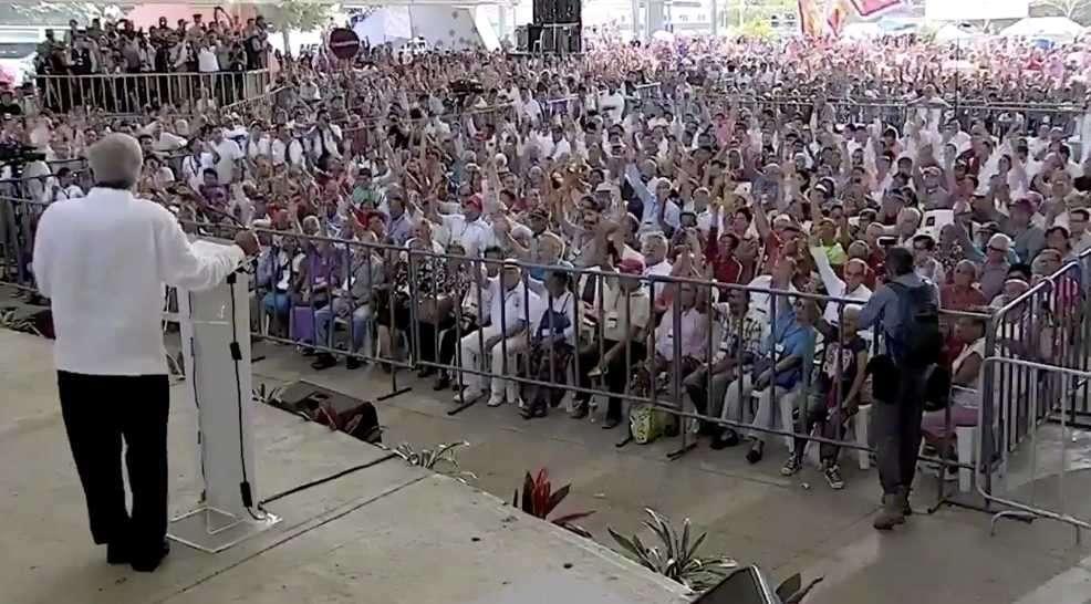 """En consulta, la gente alza la mano para que AMLO no se pelee con Trump. """"Amor y paz"""""""
