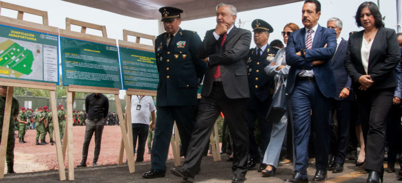 """Promete AMLO que no habrá sobrecostos en aeropuerto de Santa Lucía; tendrá """"máximo desarrollo"""" en 50 años"""