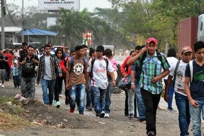 Ingresan a la fuerza migrantes por la frontera sur de México