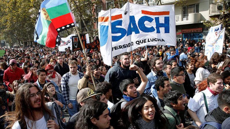 Estudiantes chilenos protestan para exigir el fin del endeudamiento escolar motivado por escuelas privadas; fueron reprimidos
