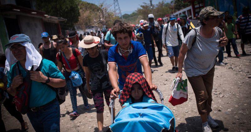 Agentes federales arrestan en Chiapas cientos de mujeres, niños y hombres de caravana migrante