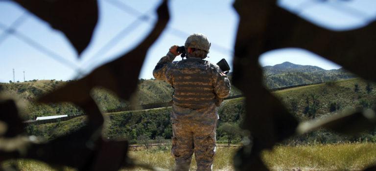 Busca EU permiso para que militares puedan interactuar con migrantes y ampliar presencia de tropas en la frontera