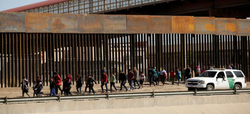 Juez bloquea orden de Trump de devolver solicitantes de asilo a México