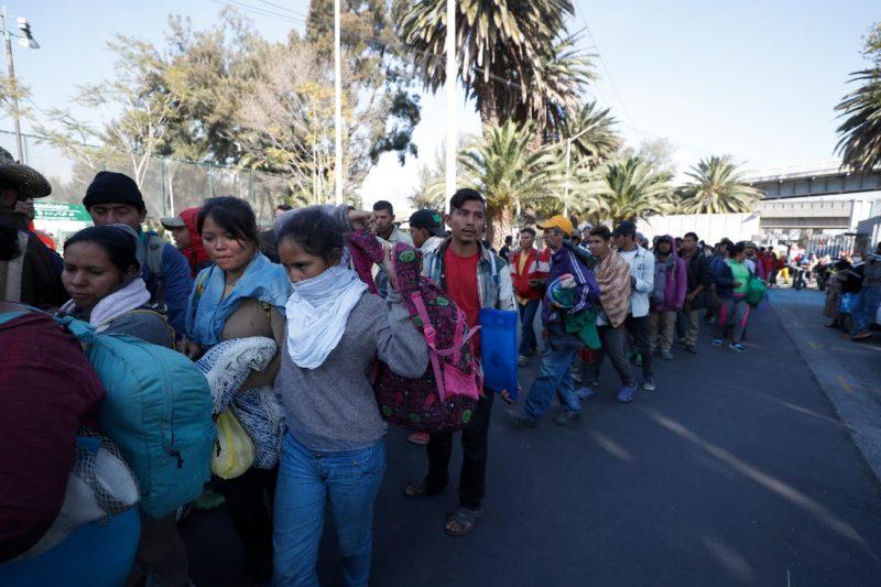 Ejército mexicano ofrece alimentos a migrantes en Chiapas