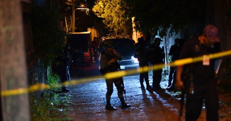 Enfrentamiento entre bandas por venta de drogas, posible causa de la masacre de Minatitlán; iban por la dueña de un bar y agarraron parejo. A heridos, tiro de gracia