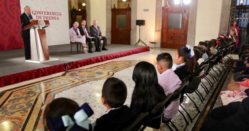 El Presidente López Obrador recibe a niños y niñas en la mañanera para celebrar el 30 de abril