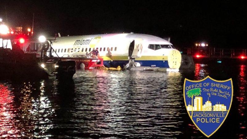 Un avión con 136 pasajeros a bordo se sale de la pista y acaba en un río en Florida; 21 lesionados