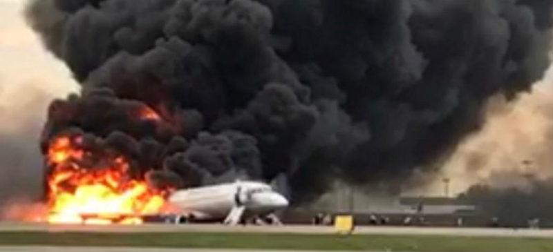 Se incendia avión en Moscú y aterriza de emergencia; 41 muertos