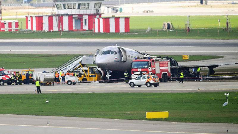 Videos: salen a la luz imagenes del superjet incendiado en Moscú; copiloto regresa al avión en llamas para salvar pasajeros