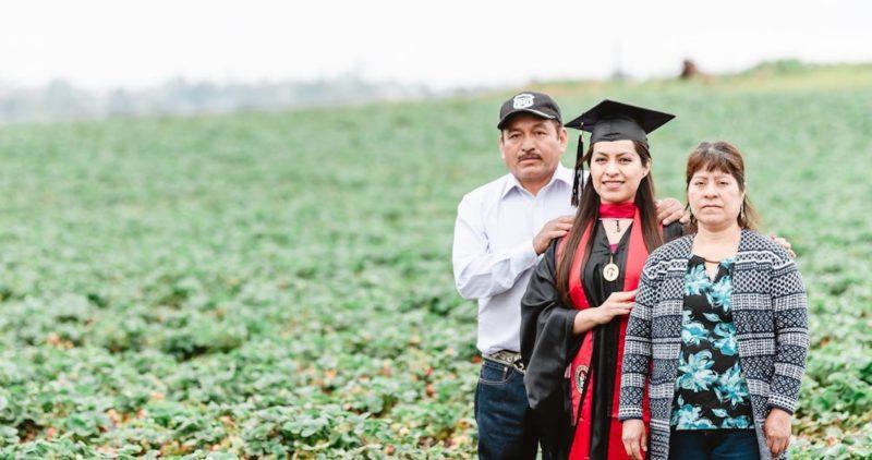 Hija de migrantes oaxaqueños celebra su graduación en el campo del Valle Central, California, donde trabajan sus padres