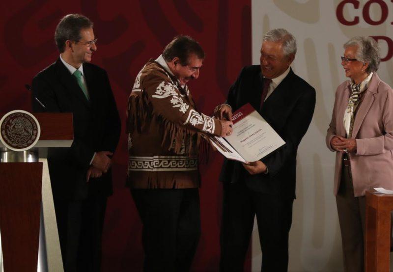Video: En el Día del Maestro, AMLO anuncia la promulgación de la reforma educativa y anuncia diálogo con la CNTE y el SNTE
