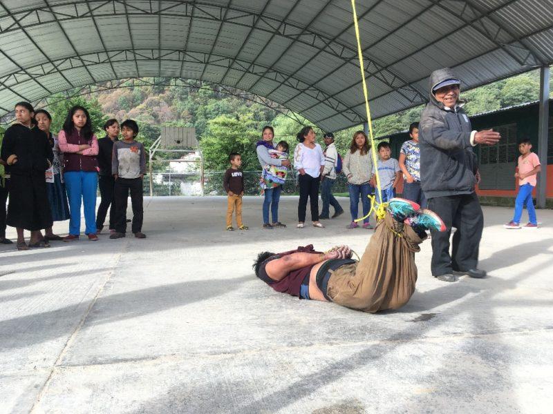Cuelgan de los pies a migrante guatemalteco que intentó robar bicicleta en Chiapas
