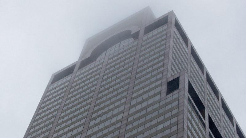 Videos: Un helicóptero se estrella contra un edificio de 54 pisos en Nueva York; el piloto murió
