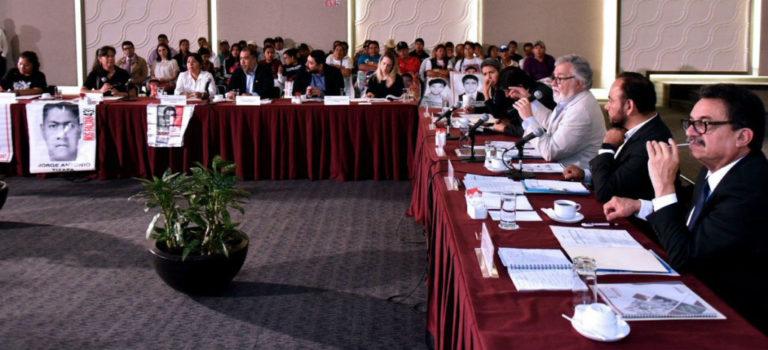 Gobernación entrega el primer informe semestral del caso Ayotzinapa; padres de los 43 exigen que ya sea nombrado el fiscal