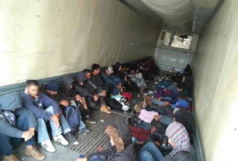Autoridades hallan al menos 500 migrantes en cajas de tractocamiones en este de México