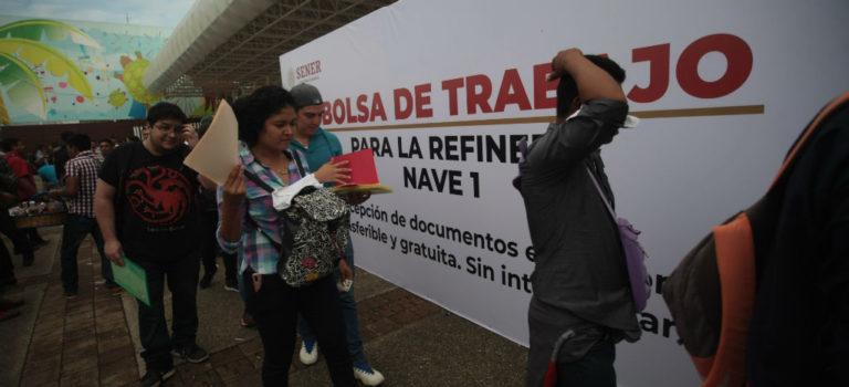 Cientos hacen fila para solicitud de empleo por refinería de Dos Bocas