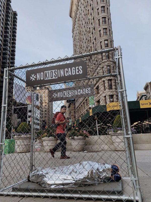 Con 'niños enjaulados' en calles de Nueva York, muestran el drama de la migración