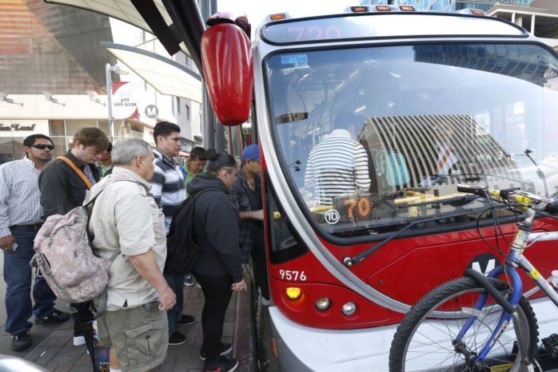 Estudiantes del LAUSD y LACCD obtendrán transporte gratuito por un año