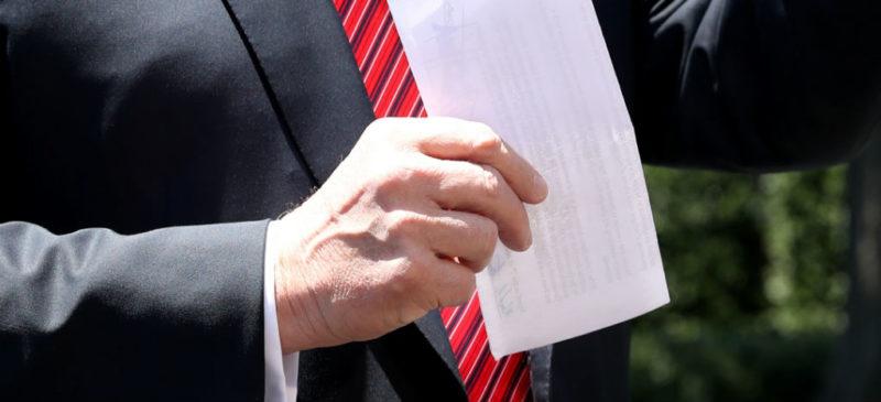 """Video: """"Aquí traigo el acuerdo con México que todos dicen no tengo"""", dice Trump y muestra una hoja de papel doblada"""